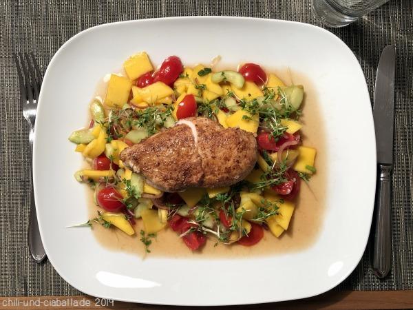 Würzige Hähnchenbrust auf fruchtig-scharfem Salat