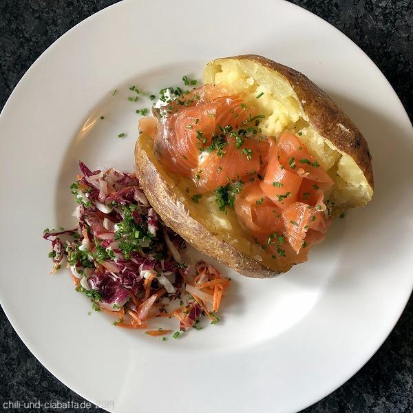 Ofenkartoffel mit Schnittlauch-Schmand und Räucherlachs