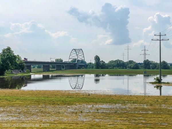 Brückenspiegelung bei Hochwasser