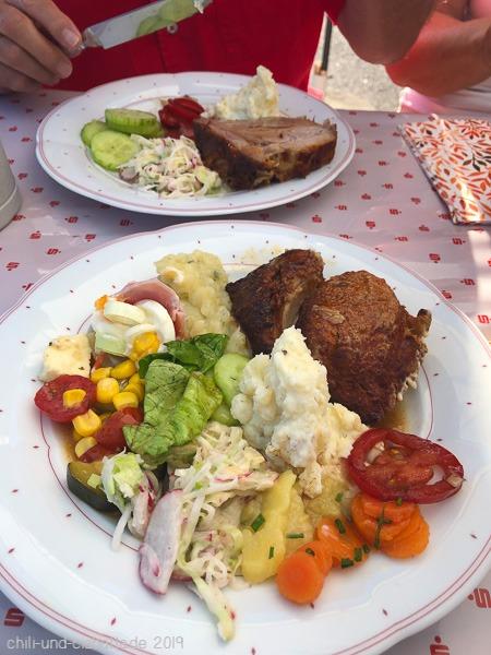 Schweinebraten mit Salaten