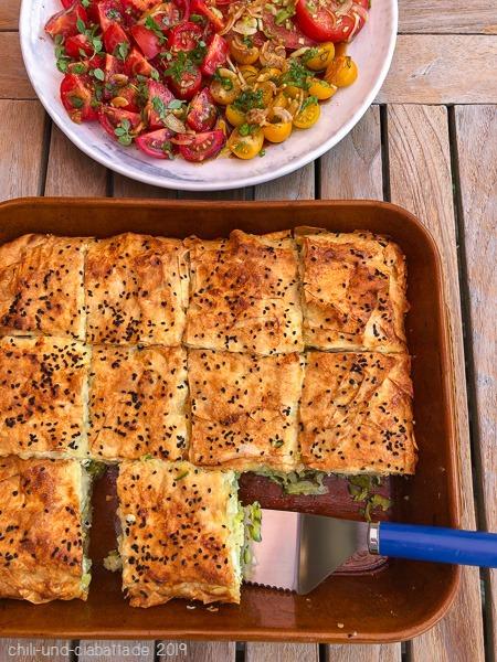 Zucchini-Börek, Tomatensalat