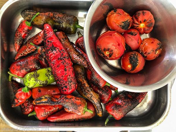 geflämmte Chilis und Tomaten
