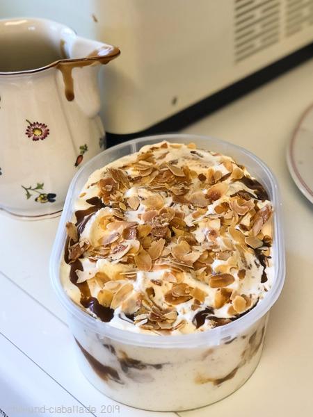 Vanille-Eiscreme mit salziger Toffee-Sauce und gebrannten Mandelblättchen