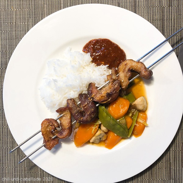 Gegrilltes Asia-Schnörrli mit buntem Gemüse, scharfem Dip und Reis