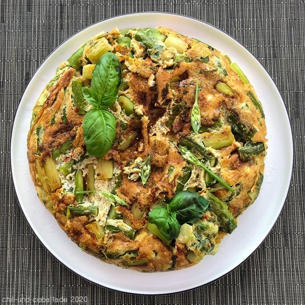 Spargel-Basilikum-Omelett mit Parmesan