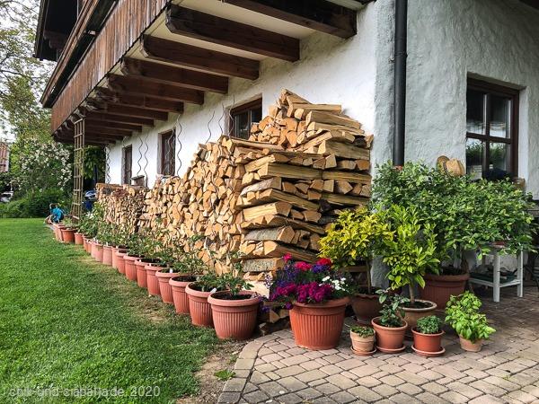Brennholz und Tomaten