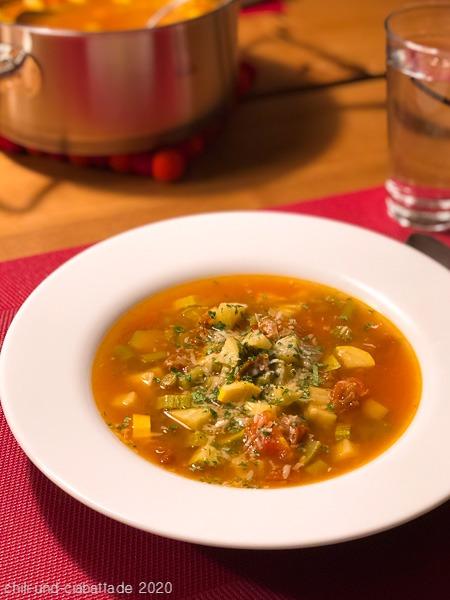 Zucchini-Bohnen-Suppe mit Tomaten und Kräutern