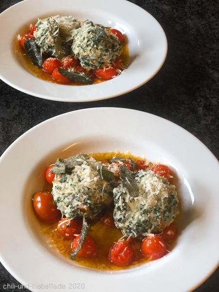 Parmesan-Spinatknödel mit Tomaten