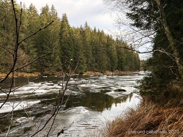 Fluss mit Eis
