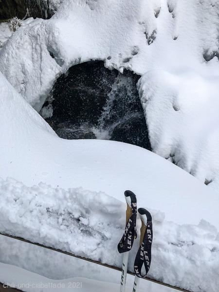 Wasserfall unter Schnee