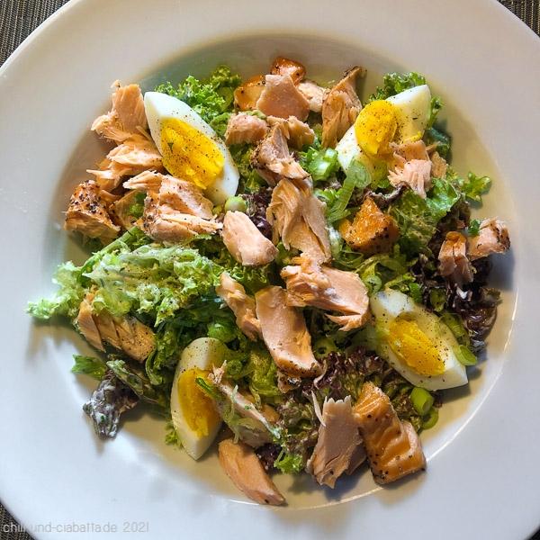Salat mit Ei und Stremellachs