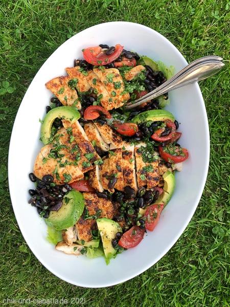 Salat mit Hähnchenbrust, Avocado und Schwarze Bohnen-Salsa
