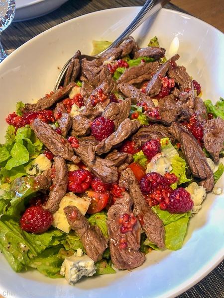 Rinderstreifen auf Blattsalaten mit Blauschimmelkäse und Himbeer-Mohn-Dressing