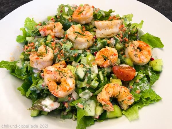 Salat mit Joghurtdressing und Garnelen