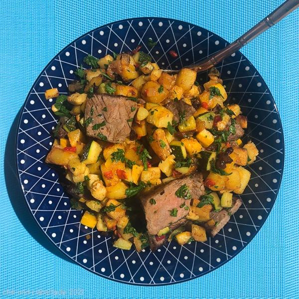 Kartoffel-Zucchini-Pfanne mit Steakresten